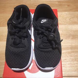 🚚 男女童 近全新Nike TANJUN 黑底白勾 透氣款球鞋 慢跑鞋 17cm 送鞋扣 原價1330