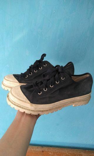Sepatu kanvas vintage