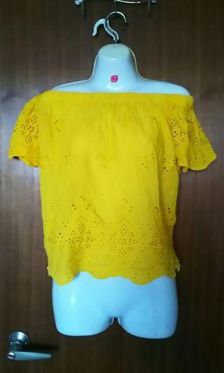 🚚 雕花鏤空彈性一字領黃色上衣