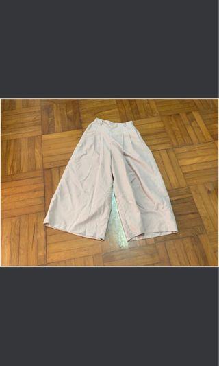 日本We Go 闊腳長褲,87cm 長,每邊36cm 寬,橡筋腰,淺粉色,95%new ,有袋,入面有一層尼龍質地,第三張圖比較接近原色、有一邊線鬆左、縫返即可、夏天著好舒服