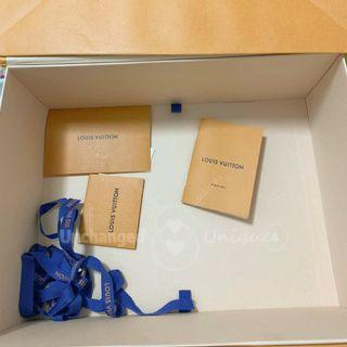 Louis Vuitton V Tote BB Medium Magnet Hard Case, Booklet & Gift Card Set of 3 pcs 中號磁鐵盒小冊子和禮品咭3件套