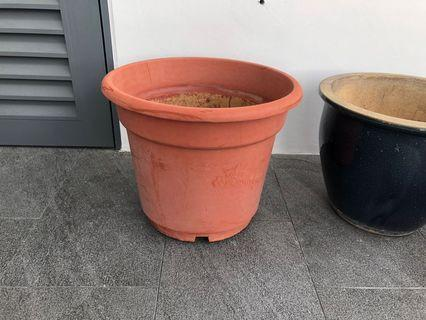 🚚 One large red brown plastic pot