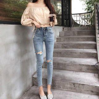 🚚 Ripped Light Denim Jeans