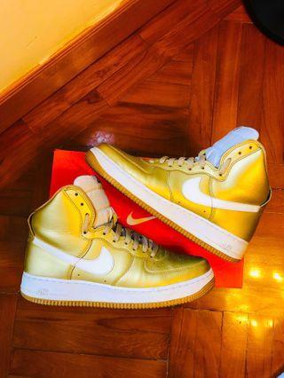 Nike 👍🏻 Air Force 1 非常新淨! 白金色,有鞋盒 US8.5 / EUR 42