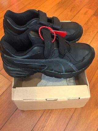 Puma Boys All black shoes in UK1 US2