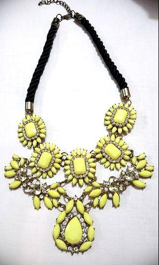 Statement necklace kuning