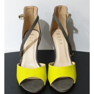 🚚 Yellow and Grey Heels