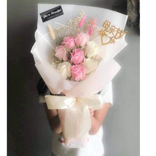 1025/A8*J 💥SK💥 🌹 8朵香皂康乃馨花束 🌹 粉白色系😍😍看了好温馨哦❤.