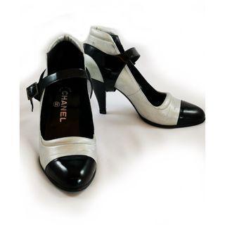 🚚 CHANEL 香奈兒(專櫃正品) 高級高質感復古高跟鞋~銀淺灰拼接黑色~二手8成新