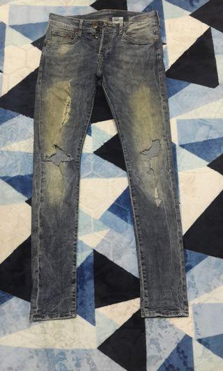 H&M ripped jeans top famous