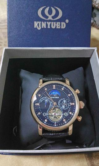 🚚 KINYUED日月星辰 簍空鑲鑽 玫瑰金 黑皮革機械錶 實錶穿戴超好看有份量