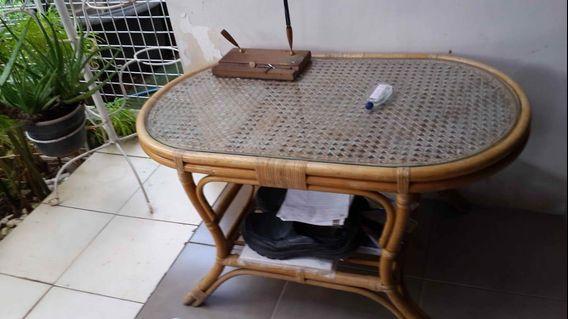 Meja adah kaca nya