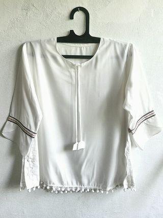 Baju Putih / Blouse Putih Dengan Pom-pom