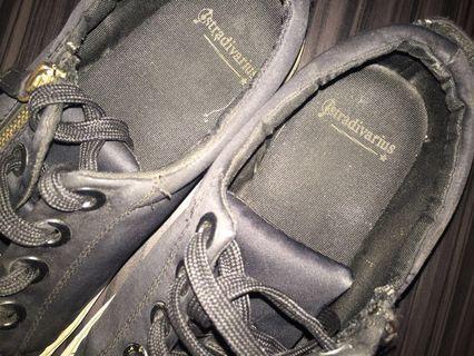 Sepatu hitam stradivarius