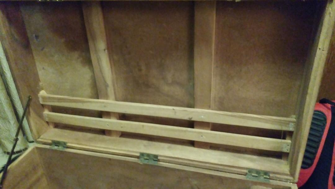 古董 樟木籠,少有款式及間格,箱中有盒。
