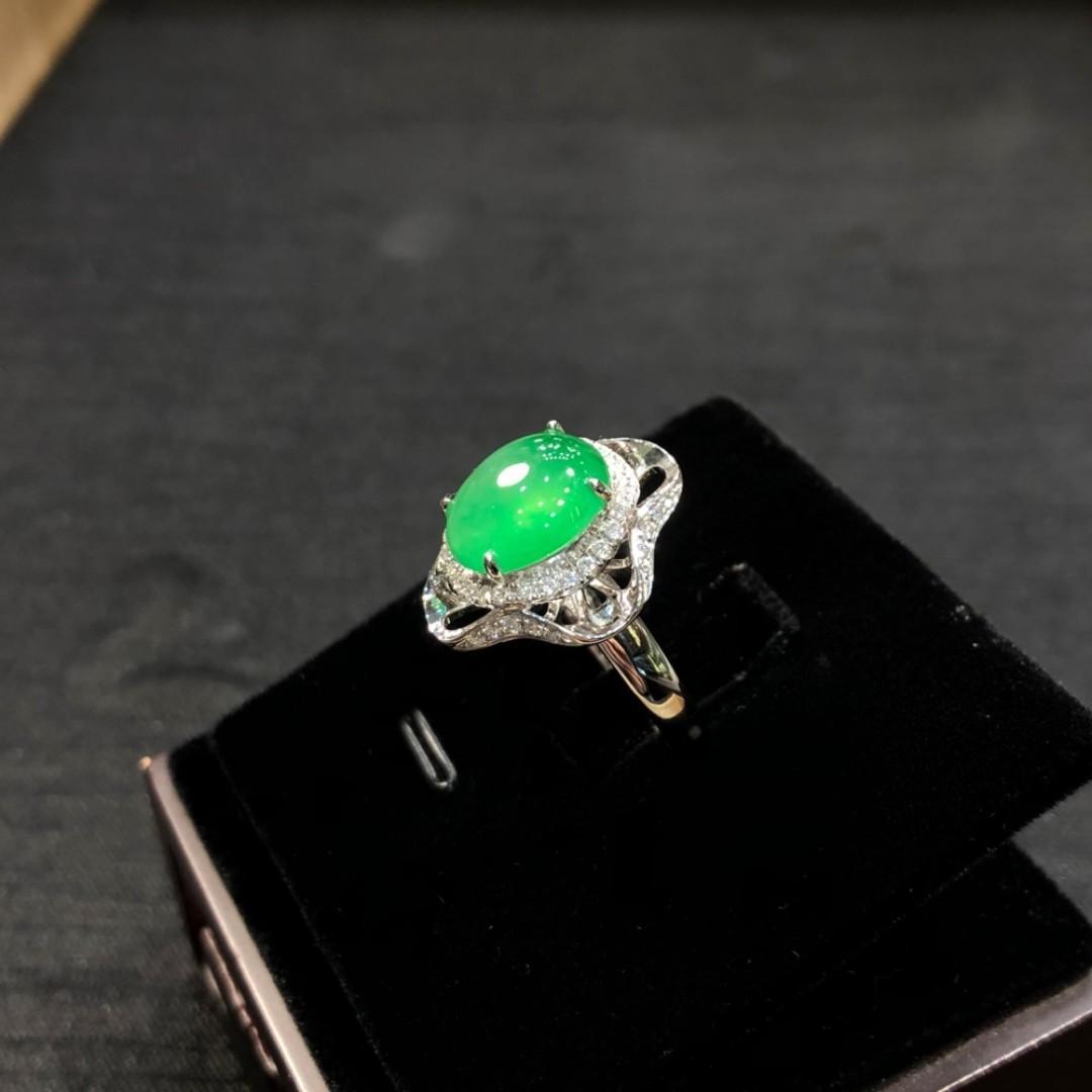 冰綠翡翠 - 冰綠蛋面戒指 | 一件翡翠