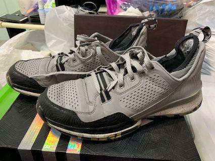 Adidas 灰色籃球鞋