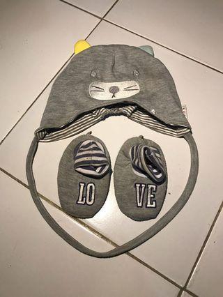 Set Topi dan sepatu bayi .