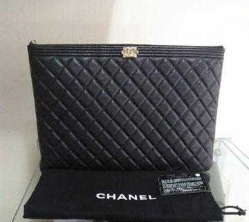 Chanel Boy Clutch black Caviar Leather #18 35 X 24 Cm. kelengkapan: Db, Card, Holo