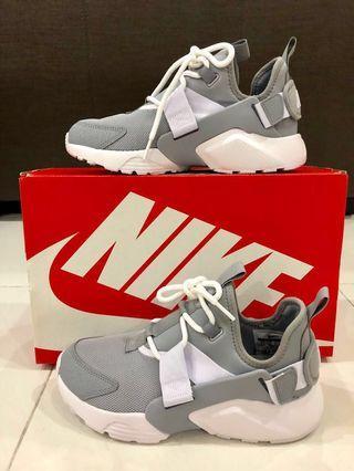 newest f6a06 d0d98 Nike Air Huarache City Low women sneaker