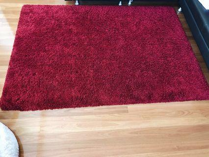 1.6 x 2.3m Red shaggy rug