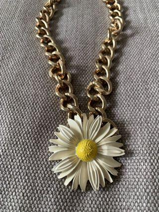 🚚 Statement necklace with daisy