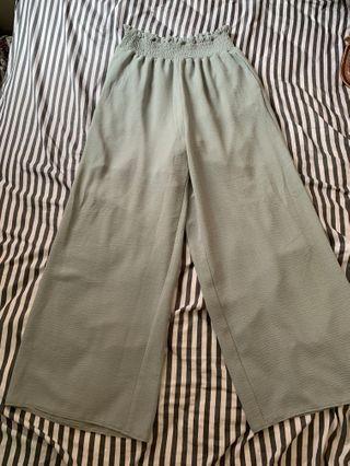 碧綠色長褲、褲長93cm 臀圍 44cm 腰圍30cm 腰圍(拉盡)44cm ,95%new , 尼龍材質,好舒服,好啱夏天著