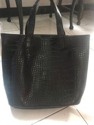 Tas kulit hitam