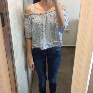 BN DUSTY BLUE WHITE FLOWER CROPPED TOP
