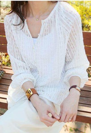 🚚 正韓 超美蕾絲V領珍珠花扣開襟兩穿上衣(3色)