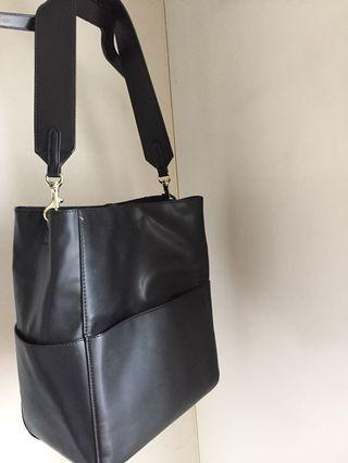 🚚 Black faux leather sling bag with creative design