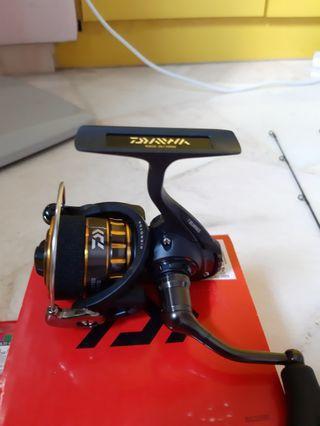 🚚 Fishing Reel set NEW (Daiwa BG 2000) + (2 Rod) + 10lbs braid line