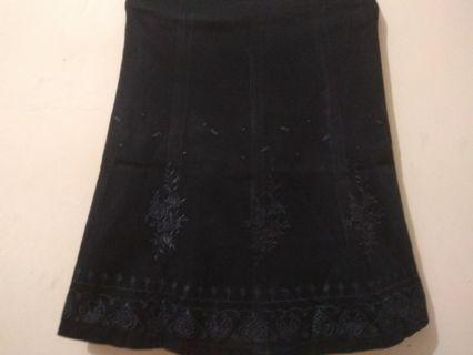 Rok hitam motif