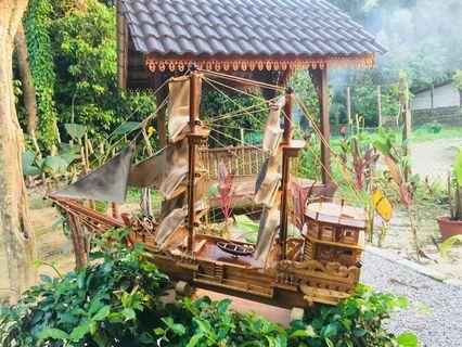 Kapal di perbuat dari kayu cenggal,