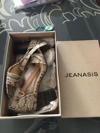 Jeanasis shoe