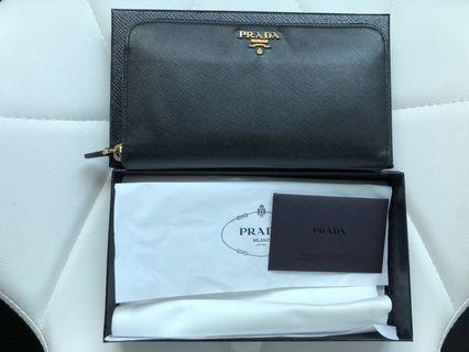 🚚 💯 authentic Prada long wallet.