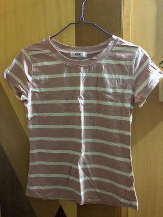 貼身粉紅間條T-shirt