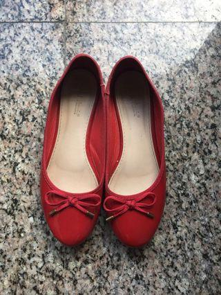 Shiny red ballet style pumps/flats