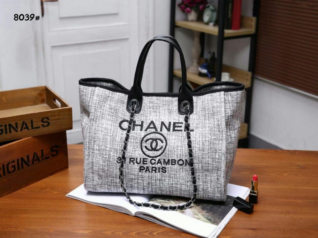 Chanel Deauville Chain Tote Canvas Large Bag 8039#  H 560rb  Bahan kanvas rajutan Di kombi dengan kulit Dalaman kain tebal Kwalitas High Premium AAA Tas uk 37x17x31cm Sayap uk 46cm Berat 1kg  Warna : -Black -Light Gray