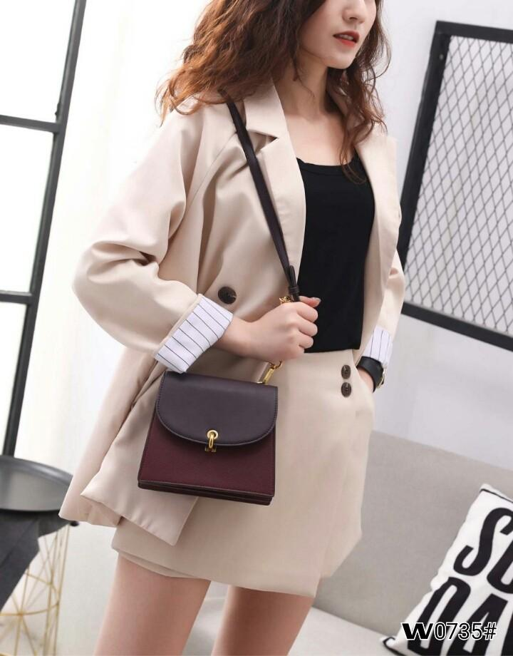 Chars & Keth Turn Lock Crossbody Bag W0735#  H 350rb  Bahan kulit (smooth leather kombinasi textured leather) Dalaman kulit Kwalitas High Premium AAA Tas uk 18,5x9x15,5cm Berat 0,6kg