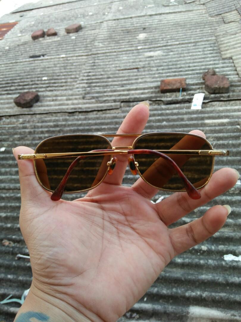 Vintage sunglasses 80s brand: ONYL Original made in Japan 56-15 Vintage authentic Frame besi(gold) dilapisi tortoise Tag logo brand ukiran  Full tag logo brand Kondisi 88% pemakaian wajar Pad nose empuk Lensa kaca warna coklat