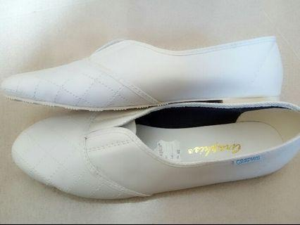 Sepatu sneaker flat putih buat perawat hajji umroh dan harian
