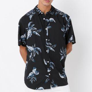 🚚 Article No. 1 澳洲品牌 扶桑花棕梠沙灘海灘短袖襯衫 黑色藍花 M號