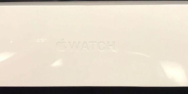 Apple Watch Series 4, 44mm, Silver Aluminium Case White Sport Band (GPS)