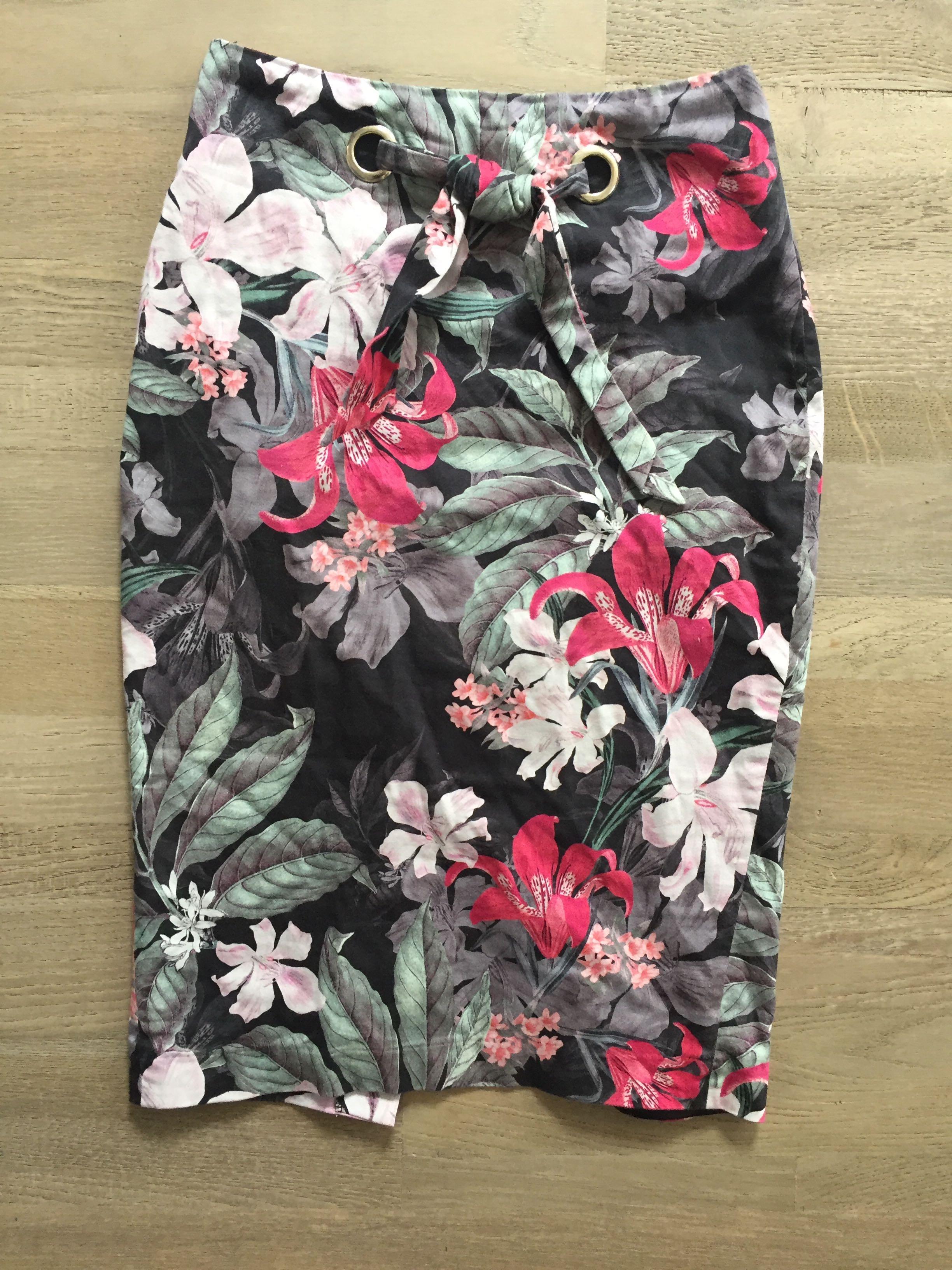 Portmans Size 6 floral knee length skirt excellent condition
