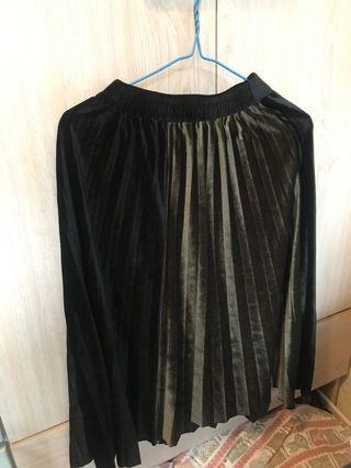 黑色絨質百褶裙(搭深綠色)