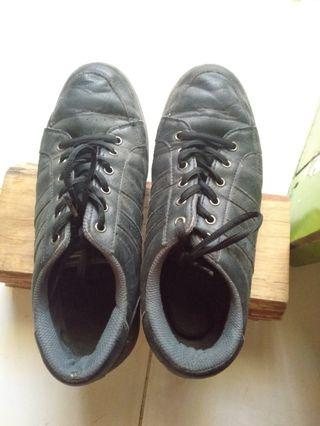 Preloved Sepatu Sekolah Fila