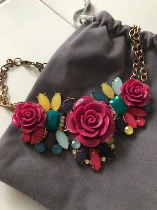 🚚 Acrylic and gems floral necklace