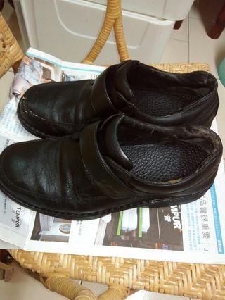 La  new 男黑皮鞋 28號