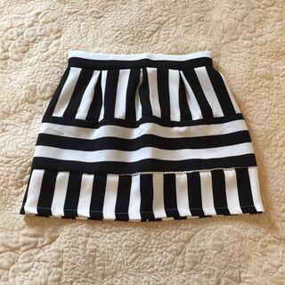 🚚 黑白線條短裙